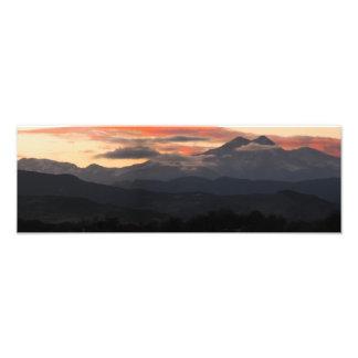 Una puesta del sol sobre pico largo en Colorado Fotografia