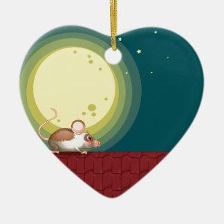 Una rata en el tejado adorno navideño de cerámica en forma de corazón