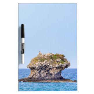 Una roca excepcional que sube de nivel del mar pizarra blanca