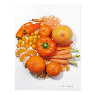 Una selección de frutas y de verduras anaranjadas postal