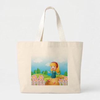 Una señora joven en el jardín bolsa