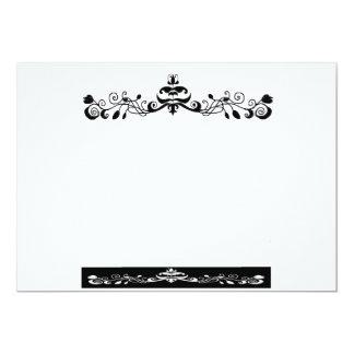 Una tarjeta de la invitación en adorno blanco y