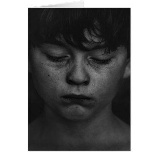 Una tarjeta en blanco del muchacho triste y teary