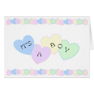 Una tarjeta recién nacida del bebé es un muchacho