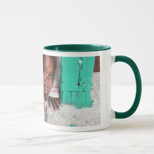 Una taza para ayudar a huérfanos del SIDA