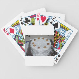 Una torta con helar baraja de cartas bicycle