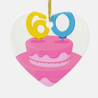 una torta de cumpleaños adorno de cerámica en forma de corazón