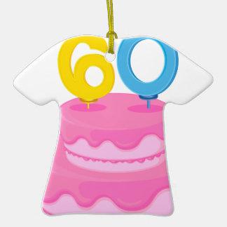 una torta de cumpleaños adorno de cerámica en forma de camiseta