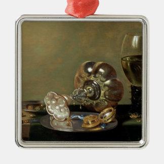 Una vida inmóvil con el vidrio de vino adorno navideño cuadrado de metal