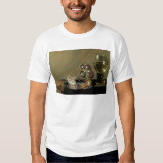 Una vida inmóvil con el vidrio de vino camisetas