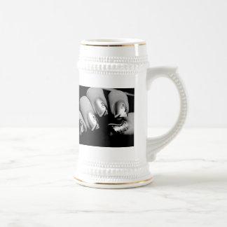 Uñas del diseñador jarra de cerveza