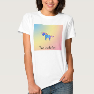 Unicornio azul del arco iris en fondo del arco camisetas