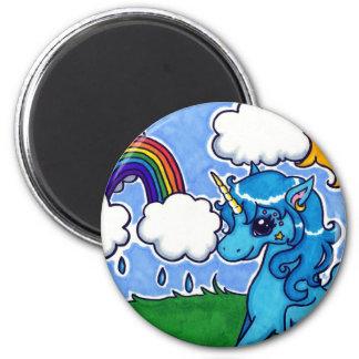 Unicornio azul que vuela con el arco iris imán redondo 5 cm