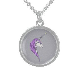 Unicornio blanco de la melena púrpura con el collar de plata de ley
