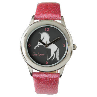 Unicornio blanco que se alza magnífico con nombre reloj