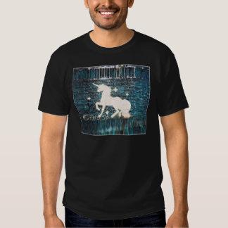 Unicornio de la pintada en la pared de ladrillo camisetas