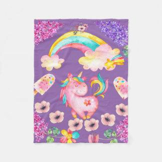 Unicornio del bebé que juega la manta del paño