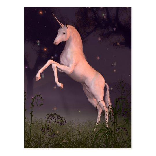 Unicornio en un claro iluminado por la luna del postal
