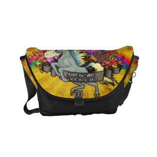 Unicornio impresionante, arco iris y tocino de la bolsa de mensajería
