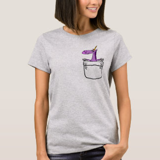 Unicornio púrpura lindo divertido en una camisa