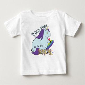 Unicornio rechoncho que come un arco iris - un lío camiseta de bebé