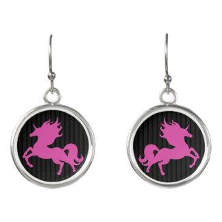 Unicornio rosado en el fondo negro (IPU) Pendientes