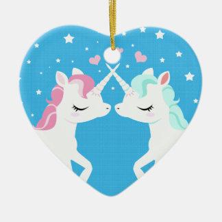 Unicornios en el ornamento de cerámica del amor adorno navideño de cerámica en forma de corazón
