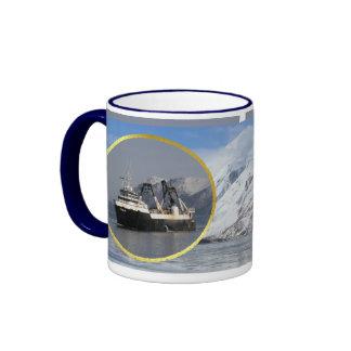 Unimak, barco rastreador de fábrica en el puerto h taza de café