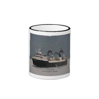 Unimak, barco rastreador de fábrica en el puerto taza de dos colores