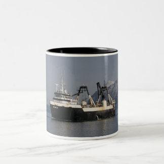 Unimak, barco rastreador de fábrica en el puerto taza de dos tonos