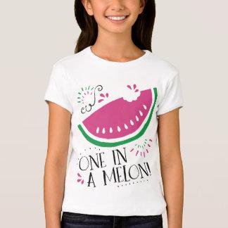 Uno en una camiseta de la sandía del melón