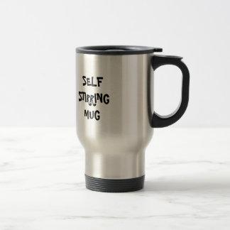 Uno mismo que revuelve la taza de café del viaje