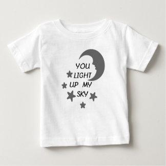 Usted enciende para arriba mi camiseta del bebé
