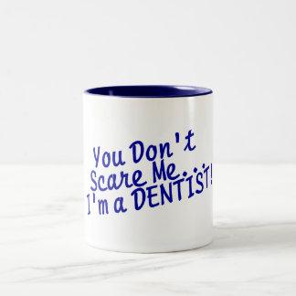 Usted no me asusta Im un dentista Taza Dos Tonos