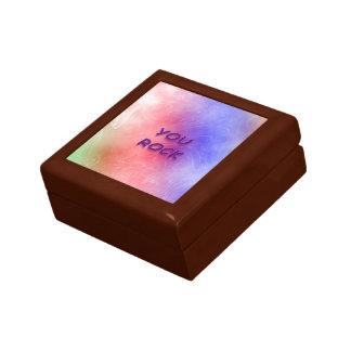 Usted oscila la caja de regalo