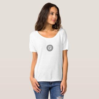 V camiseta del diseño del monograma