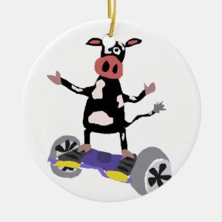Vaca blanco y negro divertida en Hoverboard Adorno Navideño Redondo De Cerámica