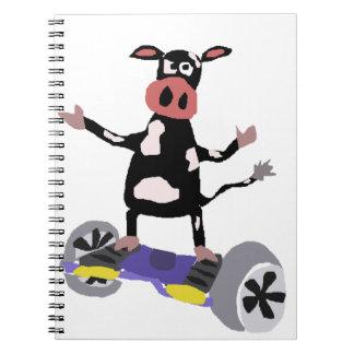 Vaca blanco y negro divertida en Hoverboard Cuaderno