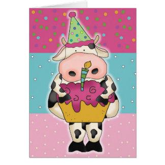 Vaca con la tarjeta de cumpleaños de la magdalena