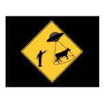 Vaca de la muestra de camino y UFO Postal