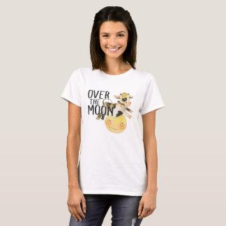 Vaca del bebé sobre nueva mamá de la luna o regalo camiseta