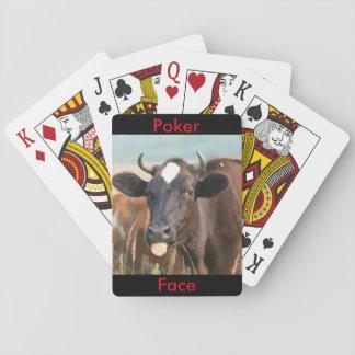 Vaca divertida que pega hacia fuera la cara de baraja de cartas
