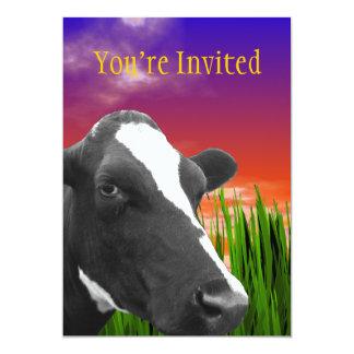 Vaca en hierba y el cielo vivo de la puesta del invitación 12,7 x 17,8 cm