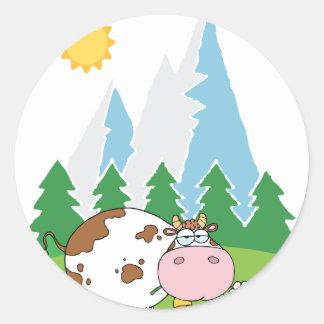 Vaca lechera de la montaña con la flor en boca etiquetas redondas