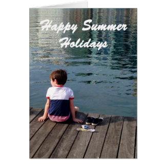 Vacaciones de verano felices, niño pequeño en el tarjeta de felicitación