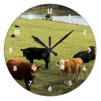 Vacas en el reloj de pared del pasto