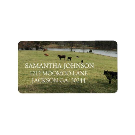 Vacas en las etiquetas de dirección del pasto