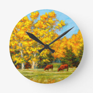 Vacas rojas debajo del reloj amarillo de los