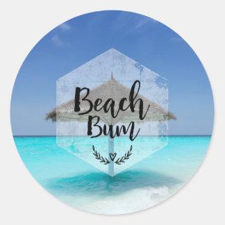 Vago de la playa con el parasol de playa cubierto pegatina redonda