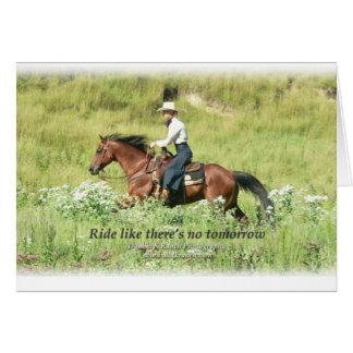 Vaquera y caballo de bahía galopante tarjeta de felicitación